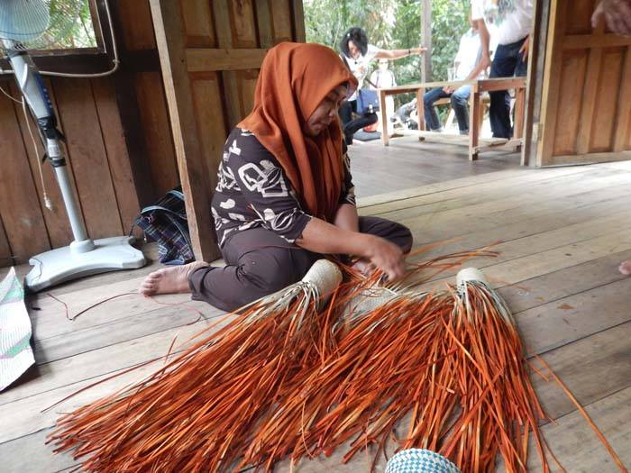 Weaving demonstration at Bentangor Environmental Education Center