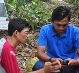 Workshop participants, Uray (Natural Resources Conservation Agency - Kayong Utara) and Roni (Gunung Palung National Park) practice taking GPS points during the training.