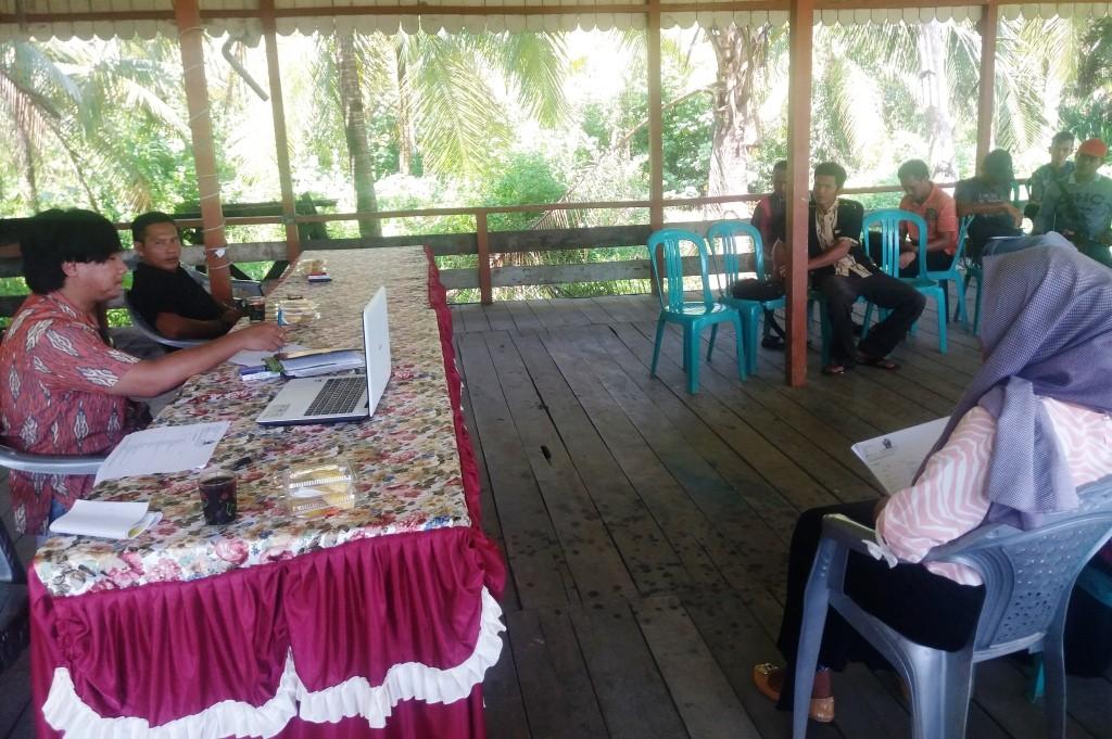 Sustainable Livelihoods Manager, Wendy Tamariska, presents our livelihoods strategies at a meeting as part of the Participatory Rural Assessment in Pemangkat village, Kayong Utara regency.